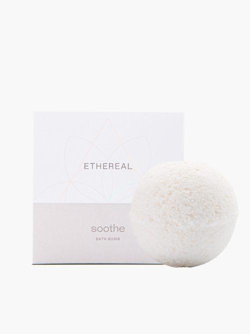 Bathbomb Soothe με άρωμα πούδρα για ενυδατωση και περιποιηση σωματος και ποδιων με υπεροχο αρωμα, ελληνικο χειροποιητο με φυσικα υλικα με το κουτι του